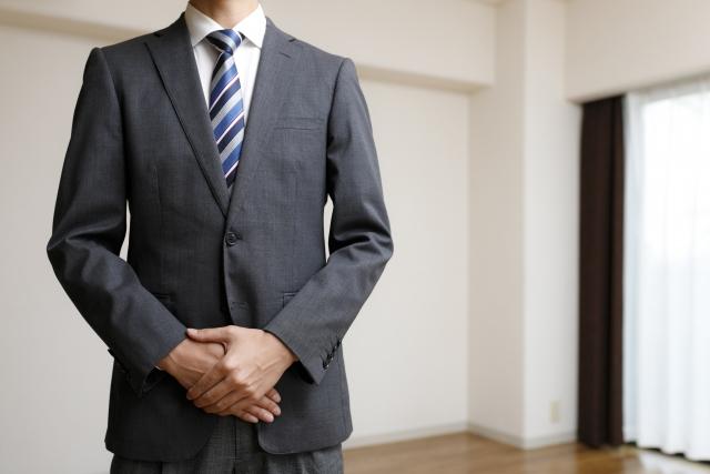 スーツ姿のスタッフ