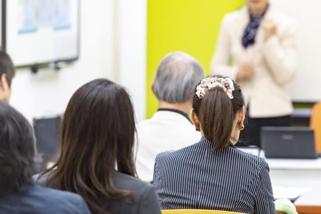 セミナーに参加する女性