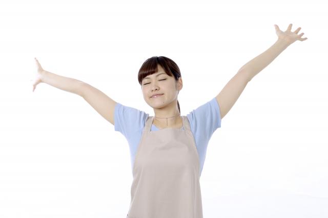 手を広げ伸びをする女性