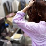 ゴミ屋敷で悩む女性