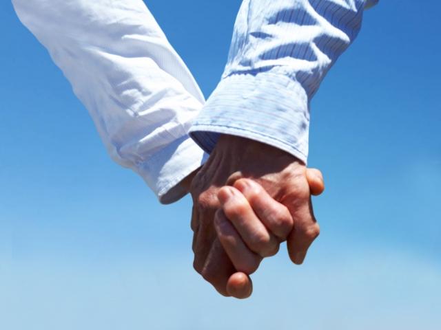 高齢者と手をつなぐ